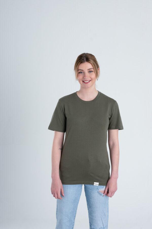 Vrouw met Duurzaam T-shirt Legergroen voorkant