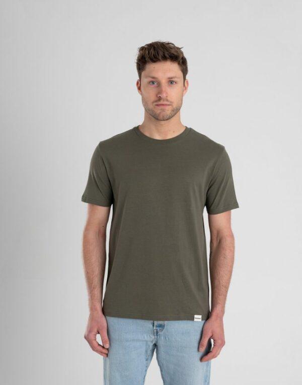 Man met Duurzaam T-shirt Legergroen voorkant