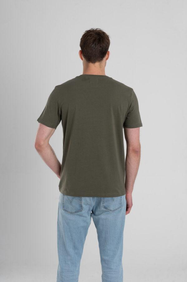 Man met Duurzaam T-shirt Legergroen achterkant