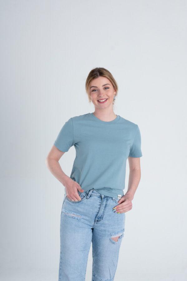 Vrouw met Duurzaam T-shirt Blauw voorkant