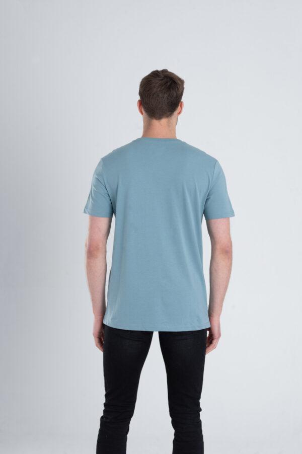 Man met Duurzaam T-shirt Blauw achterkant