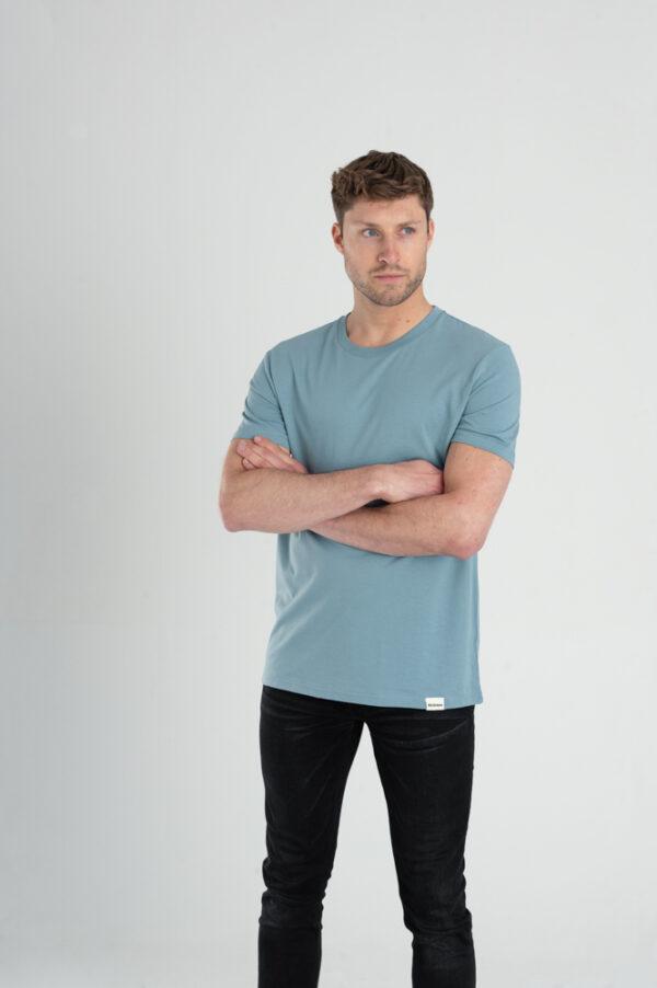 Man met Duurzaam T-shirt Blauw voorkant