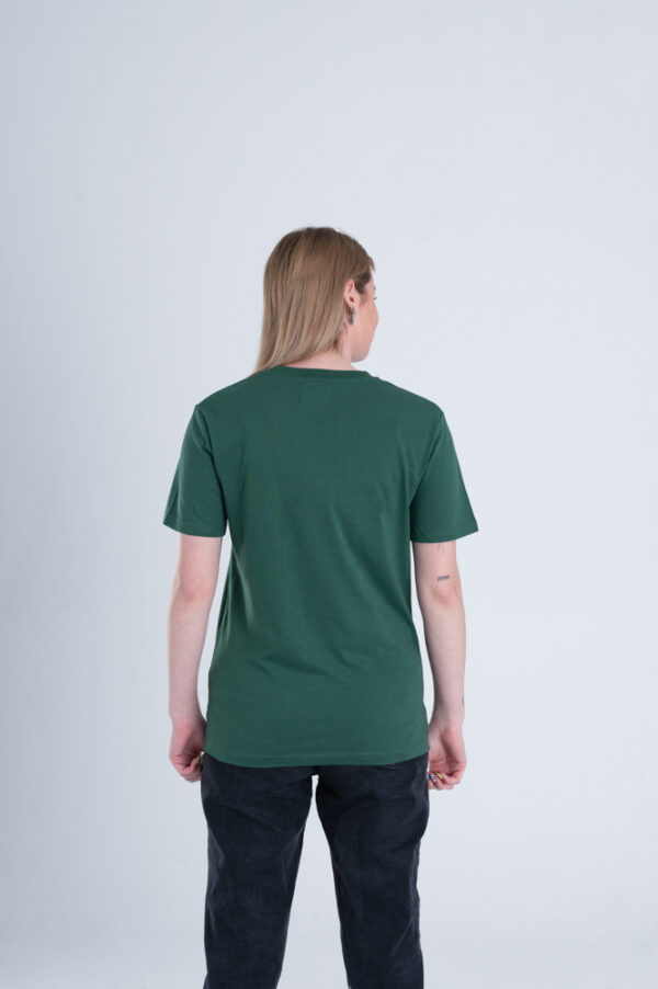 Vrouw met Duurzaam T-shirt Groen achterkant