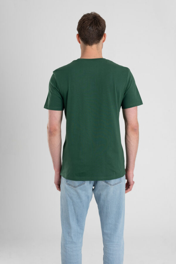 Man met Duurzaam T-shirt Groen achterkant