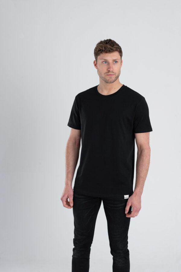Man met Duurzaam T-shirt zwart voorkant