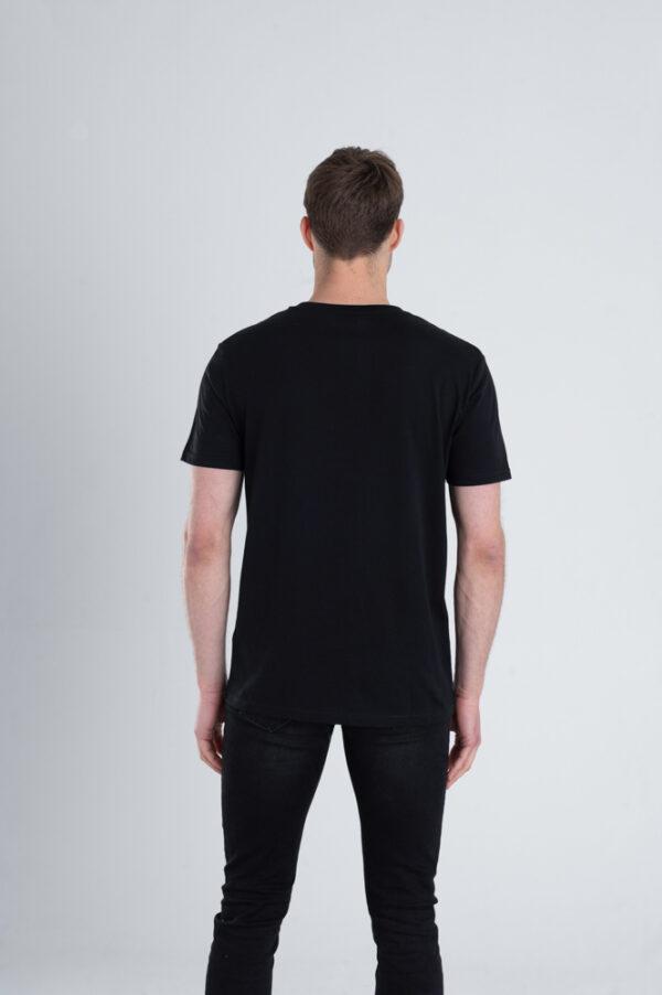 Man met Duurzaam T-shirt zwart achterkant