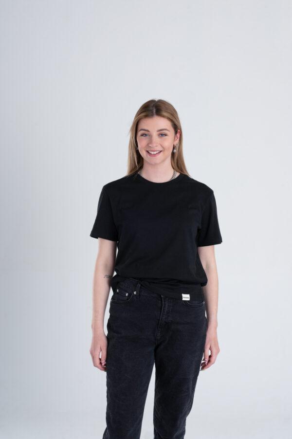 Vrouw met Duurzaam T-shirt zwart voorkant
