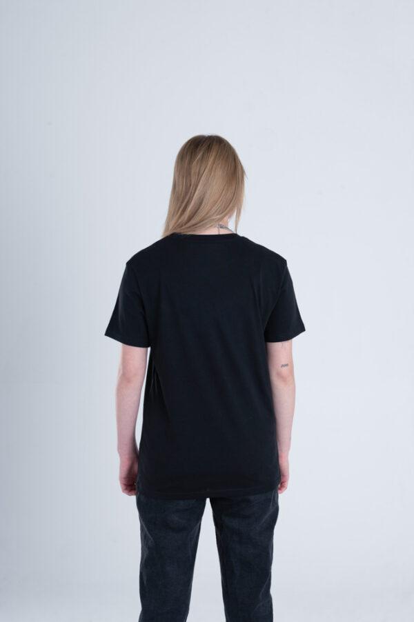 Vrouw met Duurzaam T-shirt zwart achterkant