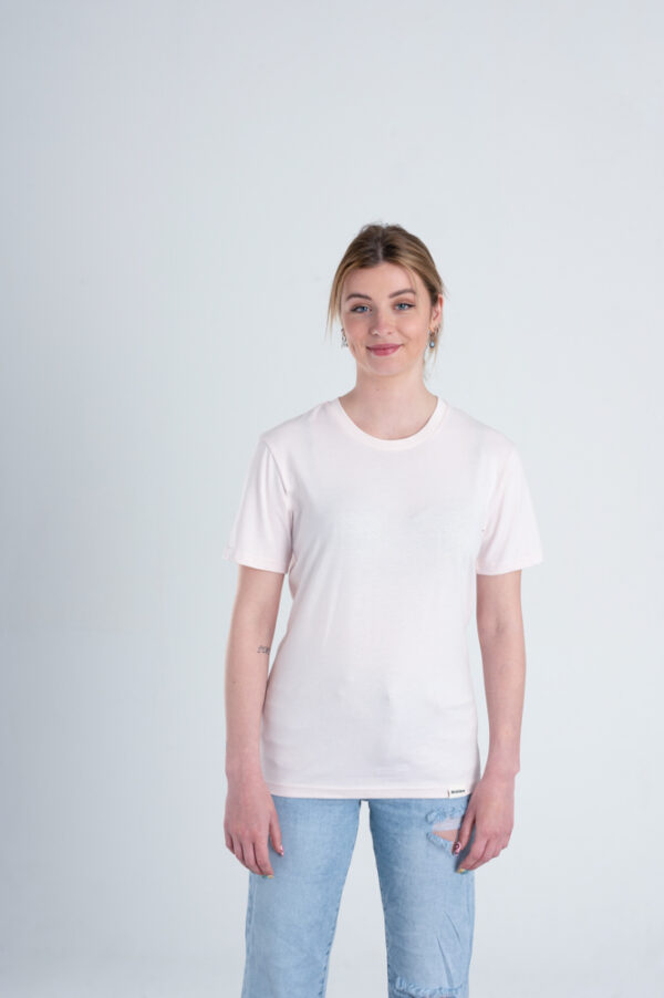 Vrouw met Duurzaam T-shirt Licht roze voorkant