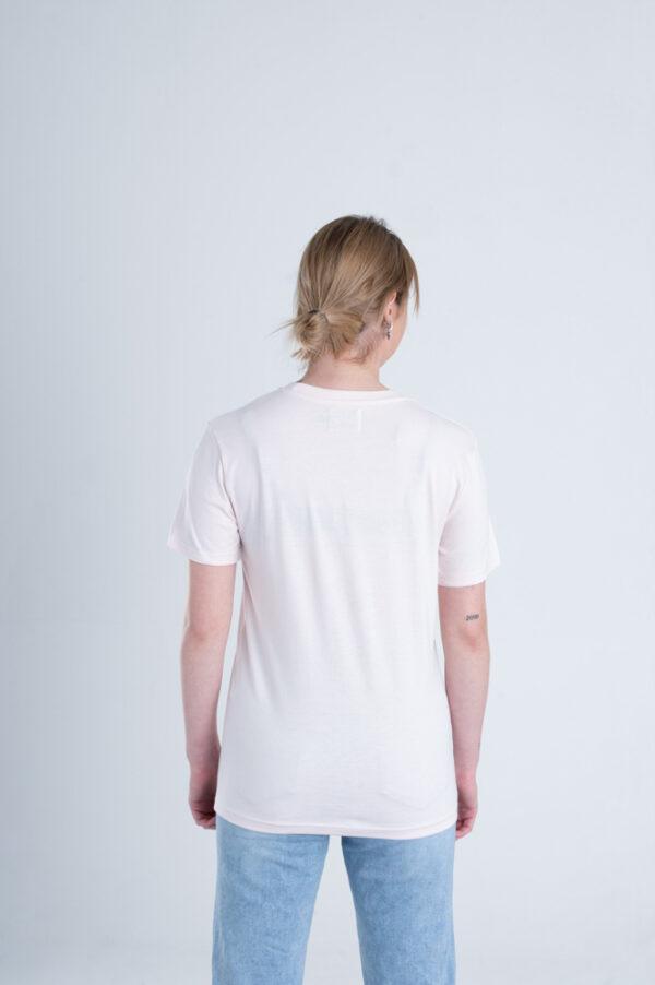 Vrouw met Duurzaam T-shirt Licht roze achterkant