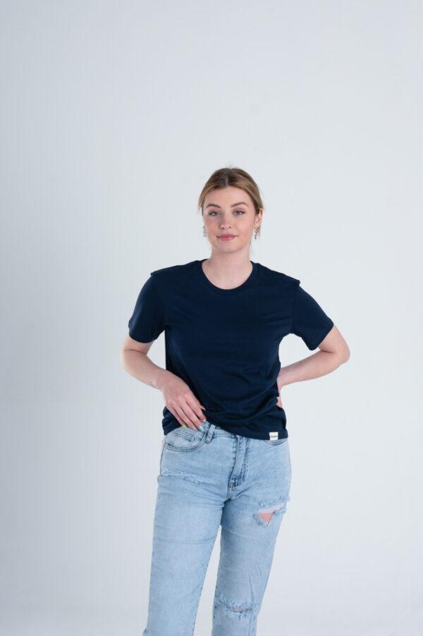 Vrouw met Duurzaam T-shirt Marineblauw voorkant