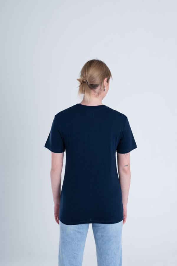 Vrouw met Duurzaam T-shirt Marineblauw achterkant
