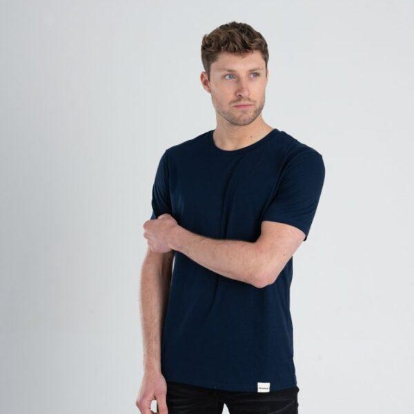 Man met Duurzaam T-shirt Marineblauw voorkant