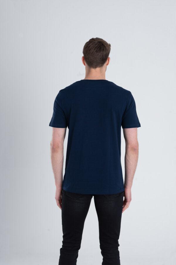 Man met Duurzaam T-shirt Marineblauw achterkant