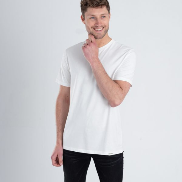 Man met Duurzaam T-shirt Gebroken wit voorkant