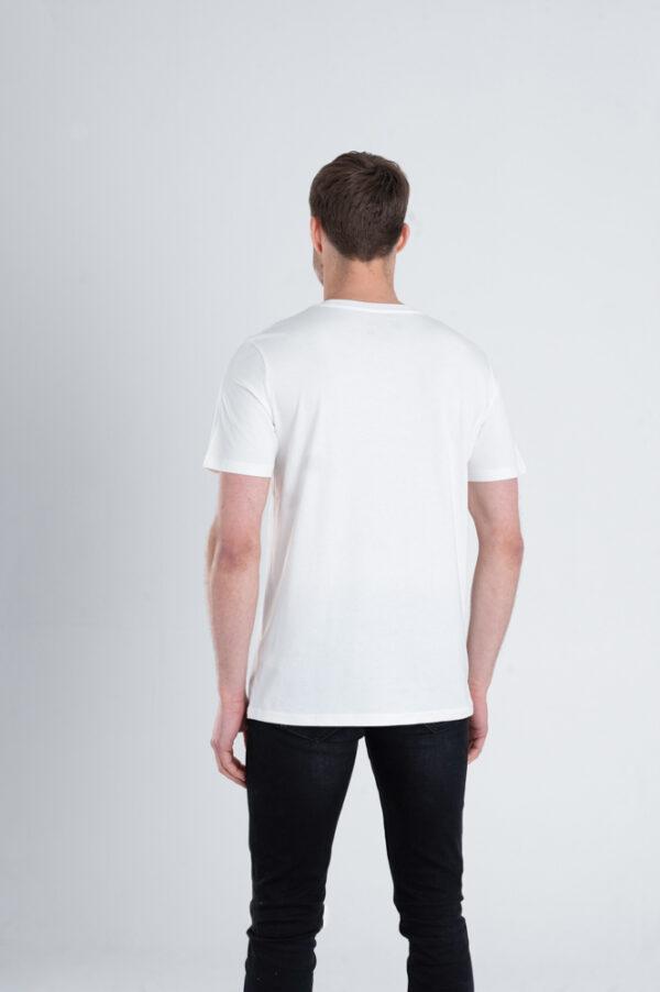 Man met Duurzaam T-shirt Gebroken wit achterkant