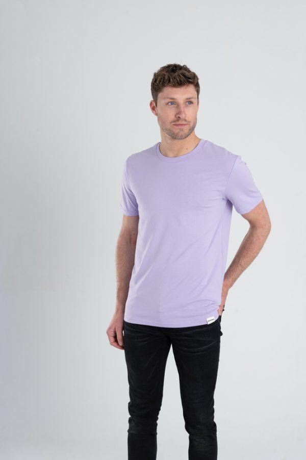 Man met Duurzaam T-shirt Pastel paars voorkant