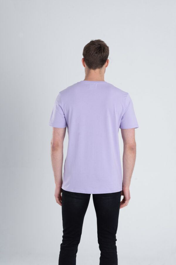 Man met Duurzaam T-shirt Pastel paars achterkant