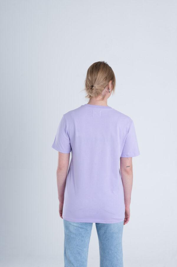 Vrouw met Duurzaam T-shirt Pastel paars achterkant