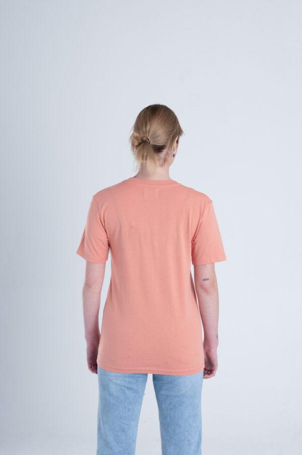 vrouw met Duurzaam T-shirt Red Clay achterkant