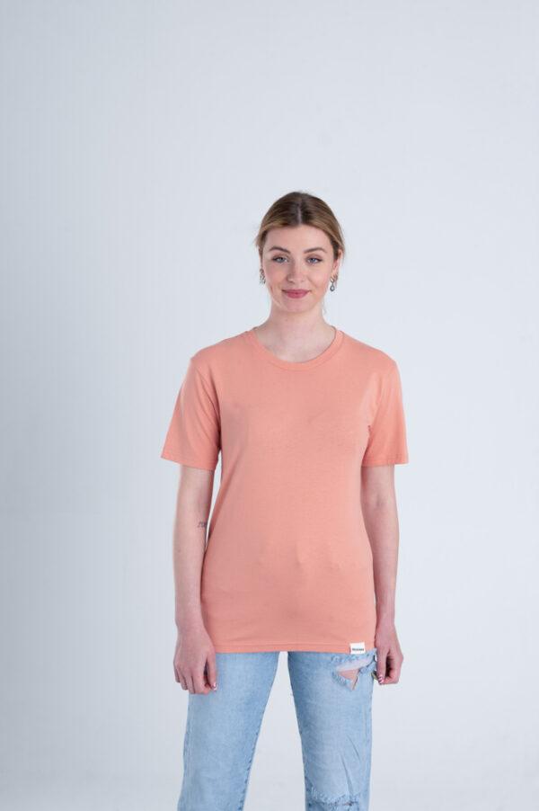 Vrouw met Duurzaam T-shirt Red Clay voorkant