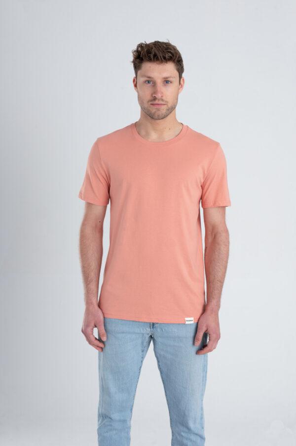 Man met Duurzaam T-shirt Red Clay voorkant