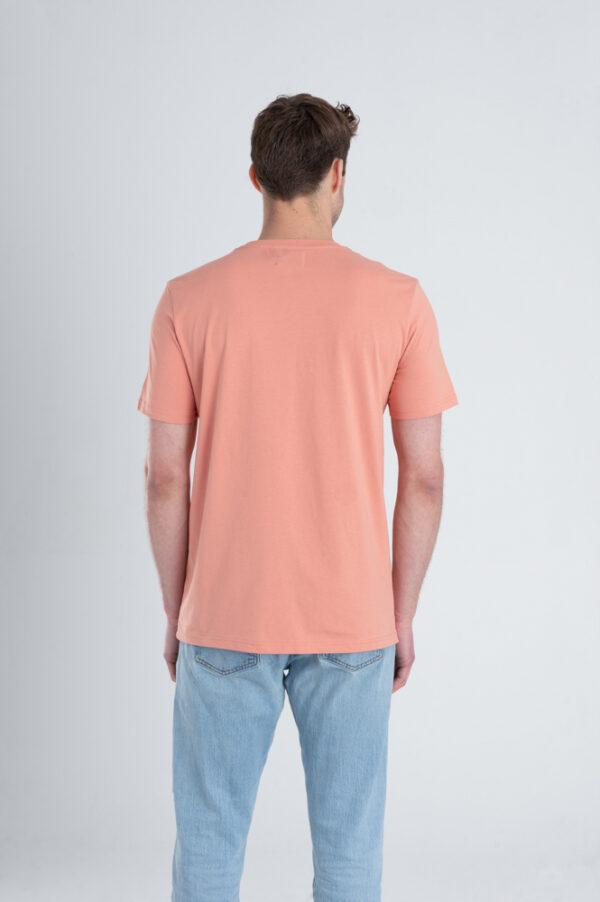 Man met Duurzaam T-shirt Red Clay achterkant