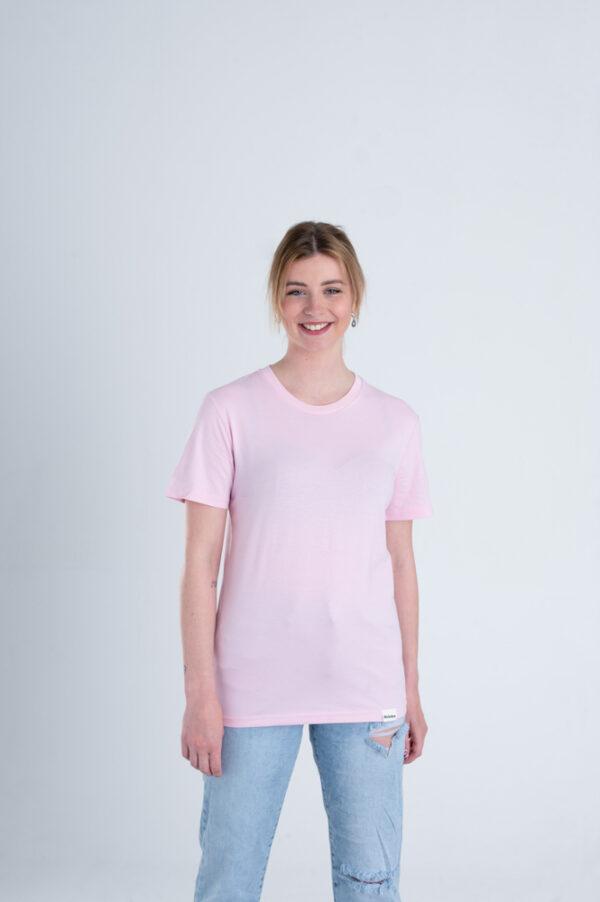Vrouw met Duurzaam T-shirt Lichtroze voorkant