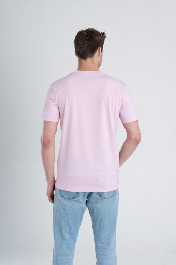 Man met Duurzaam T-shirt Lichtroze achterkant
