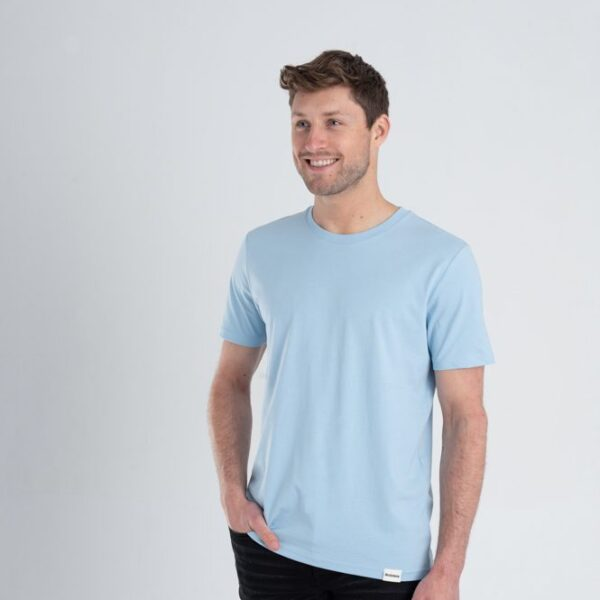 Man met Duurzaam T-shirt Lichtblauw voorkant
