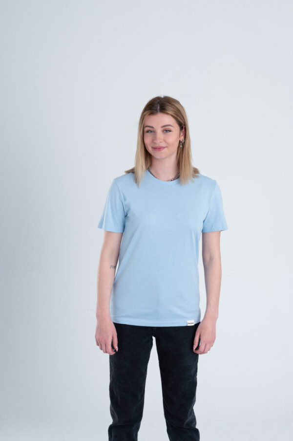 Vrouw met Duurzaam T-shirt Lichtblauw voorkant