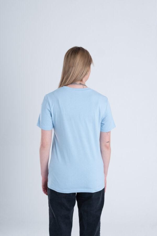 Vrouw met Duurzaam T-shirt Lichtblauw achterkant
