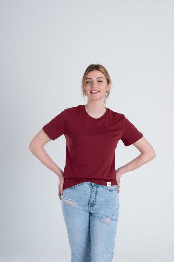 Vrouw met Duurzaam T-shirt Bordeaux rood voorkant