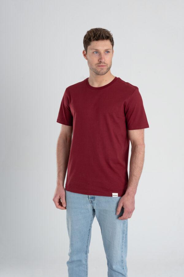 Man met Duurzaam T-shirt Bordeaux rood voorkant