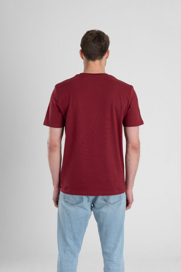 Man met Duurzaam T-shirt Bordeaux rood achterkant