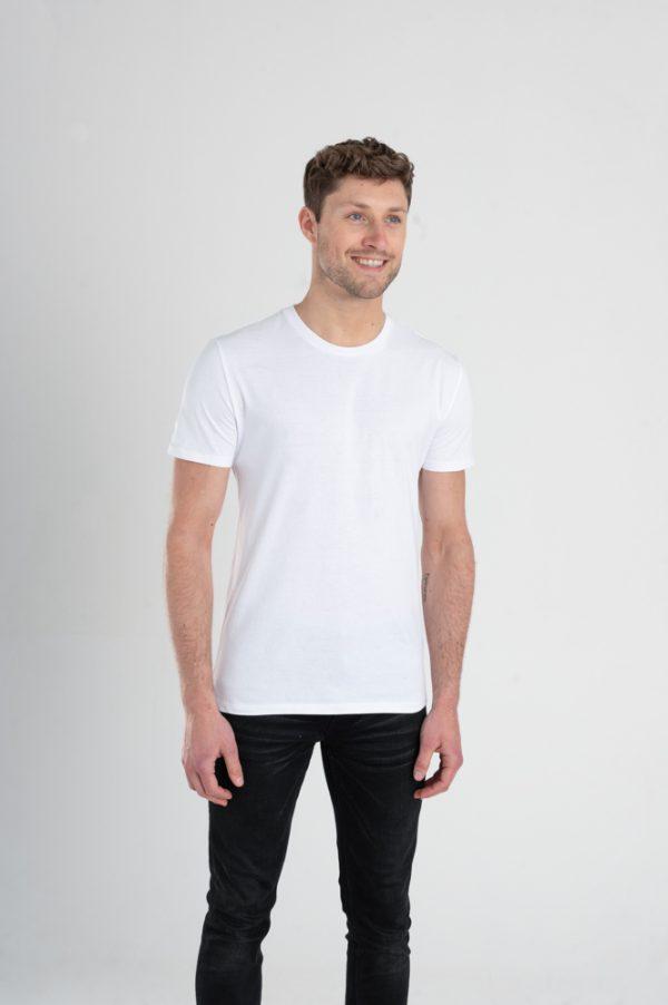Duurzaam ondershirt / sportshirt met slim fit pasvorm wit voorkant man