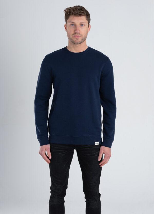 Man met Duurzame crewneck trui Marineblauw voorkant