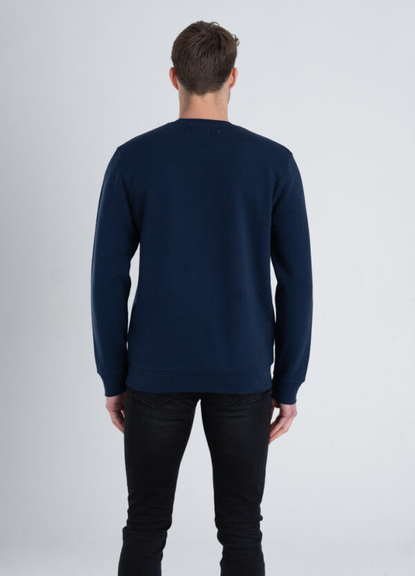 Man met Duurzame crewneck trui Marineblauw achterkant