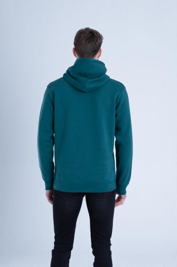 Man met Duurzame premium hoodie trui Diepgroen achterkant