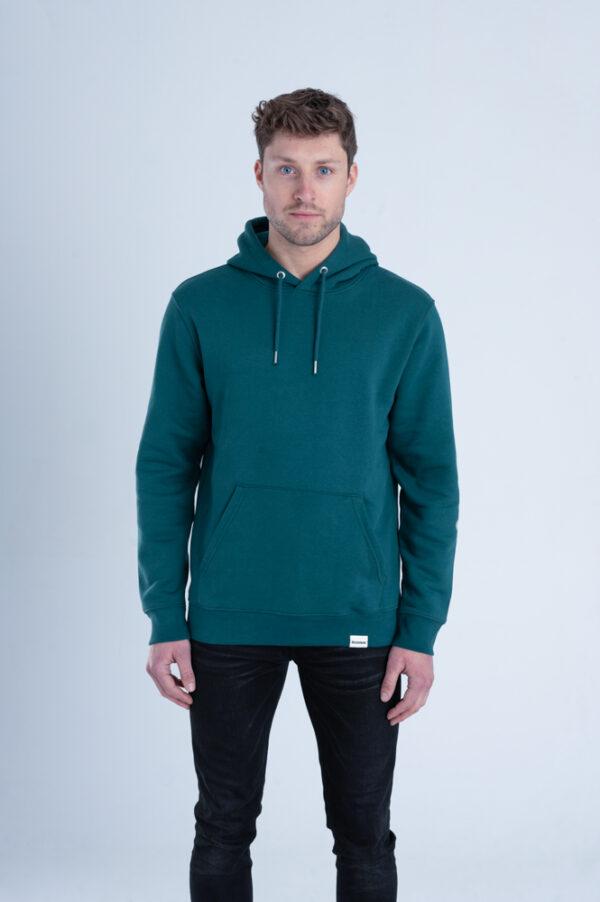 Man met Duurzame premium hoodie trui Diepgroen voorkant