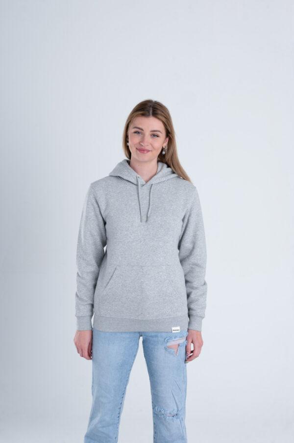 Vrouw met Duurzame premium hoodie trui grijs voorkant