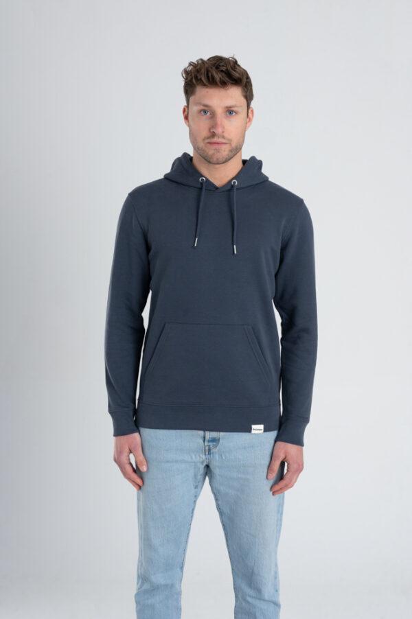 Man met Duurzame premium hoodie trui inktblauw voorkant