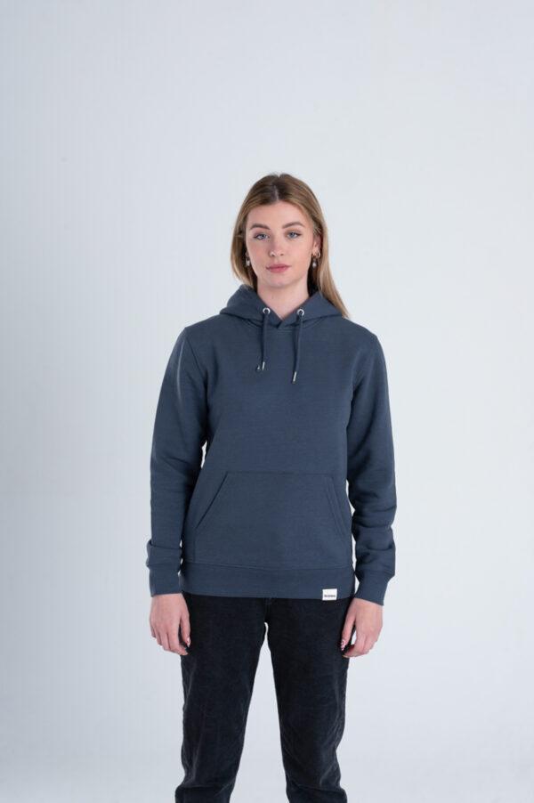 Vrouw met Duurzame premium hoodie trui inktblauw voorkant
