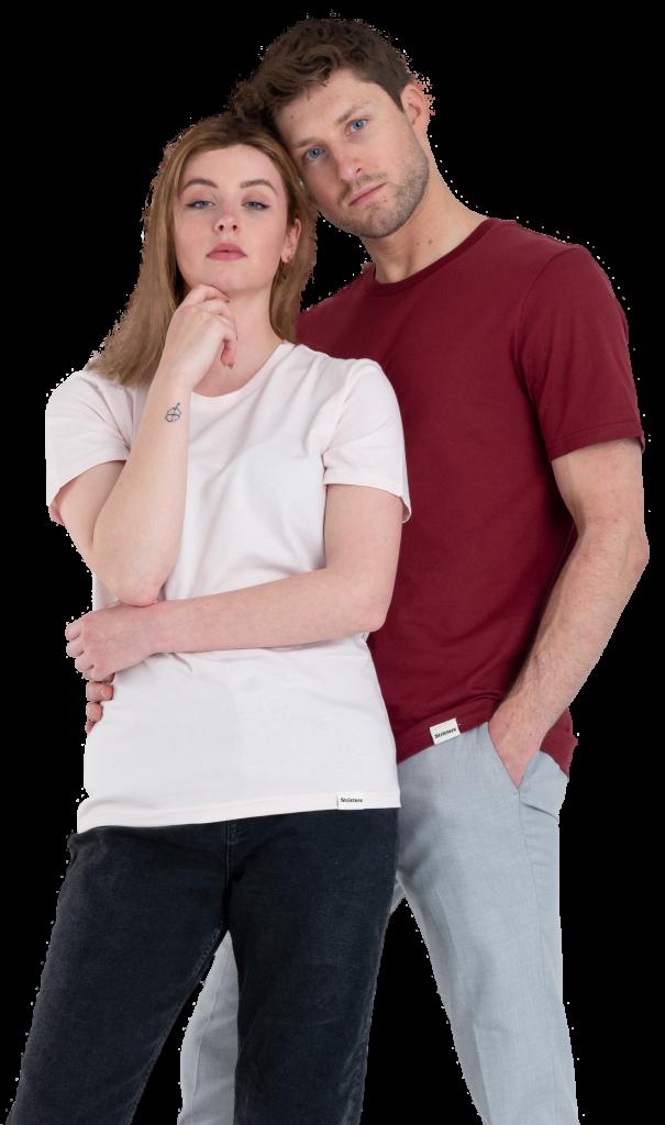 vrouw met gebroken wit duurzaam t-shirt en man met bordeaux rood duurzaam t-shirt